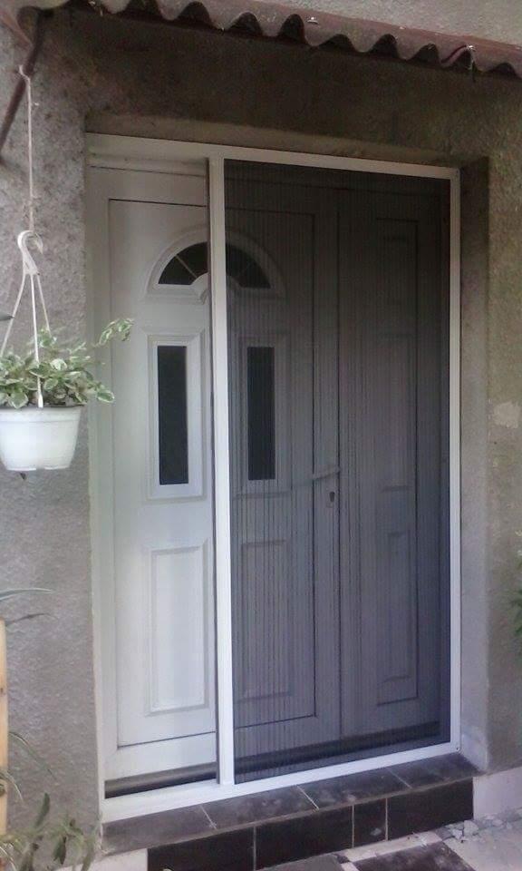 plise komarnik na ulaznim vratima