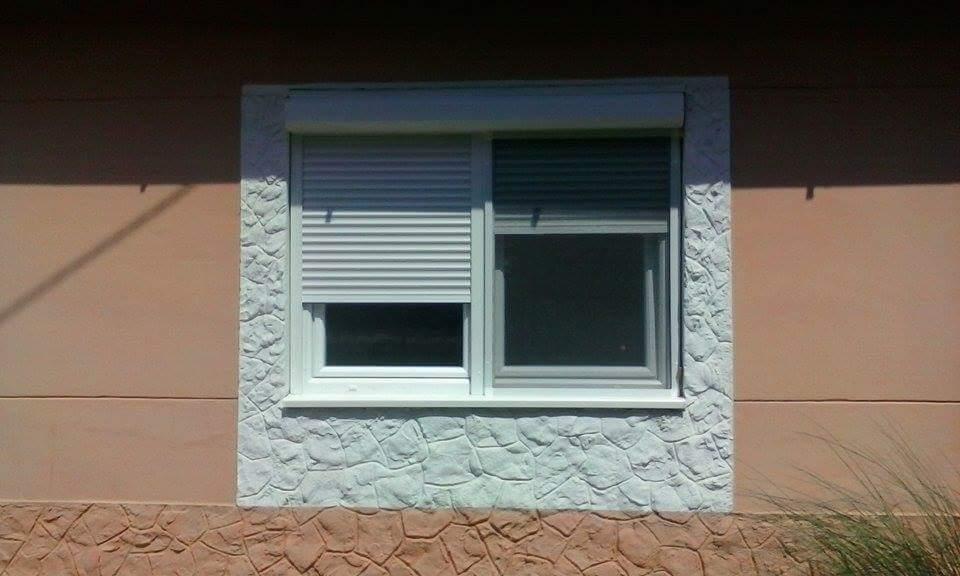 prozor sa roletnom i komarnikom